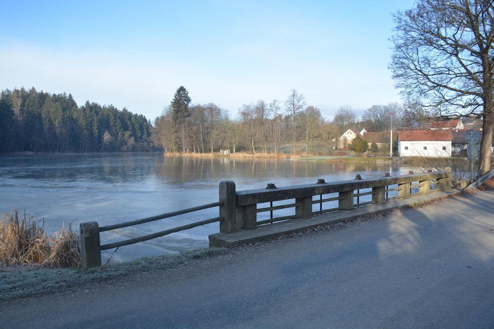 V obci je rybník.