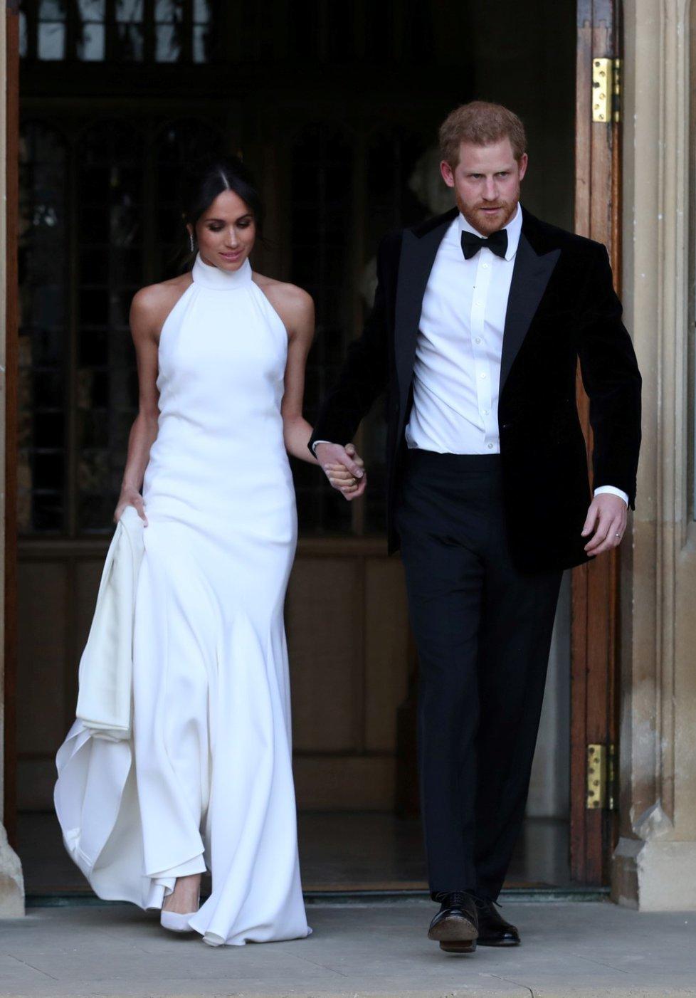 Šaty vévodkyně Meghan nevyjdou nijak lacino