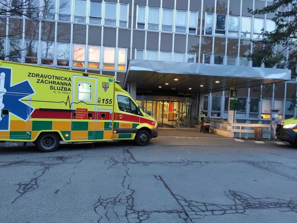 Vchod na pohotovost ve Fakultní nemocnici Královské Vinohrady.