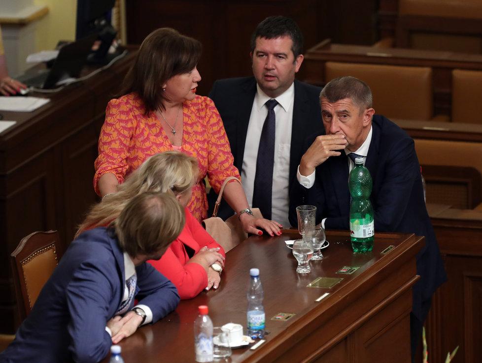 Jan Hamáček (ČSSD) s Anjdreme Babišem (ANO) a Alenou Schillerovou (za ANO) ve Sněmovně