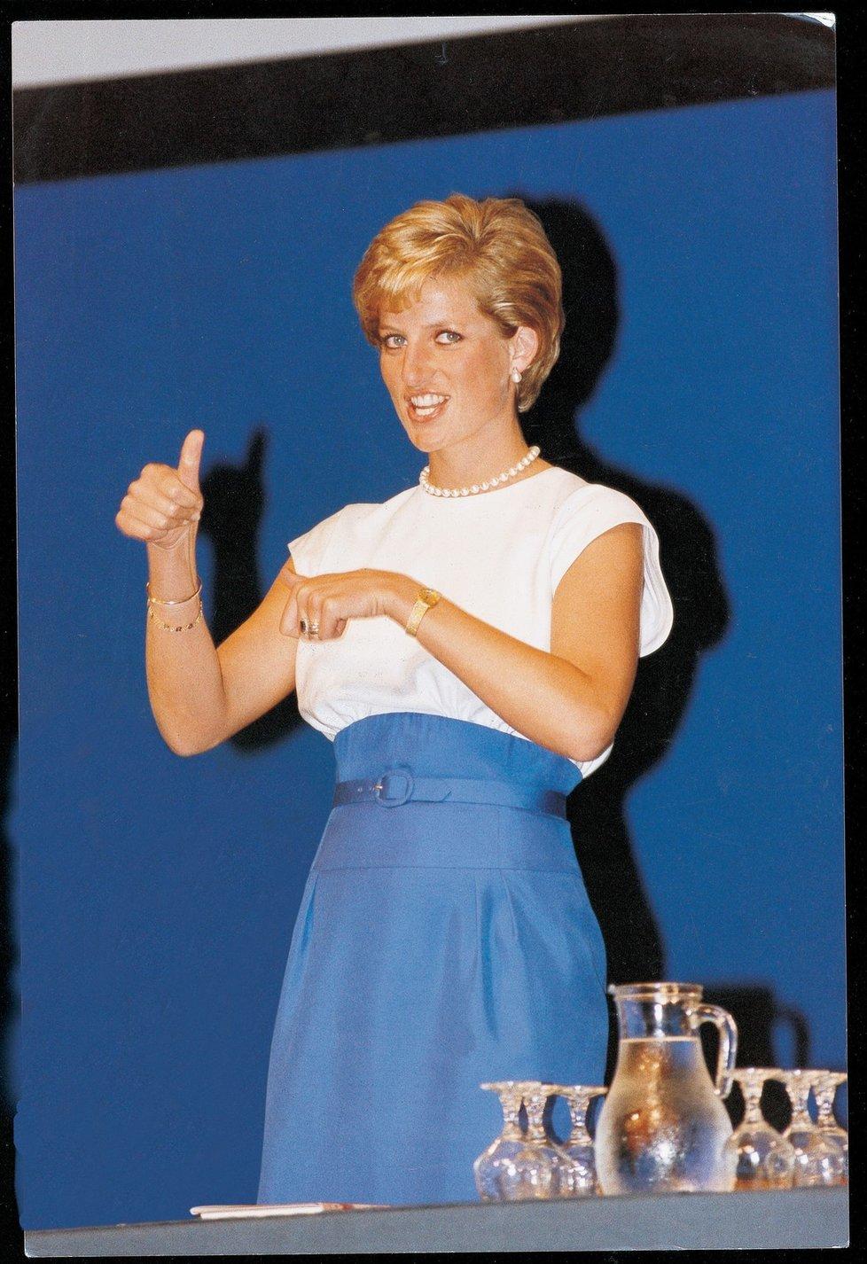 Řeč neslyšících uměla i Diana.