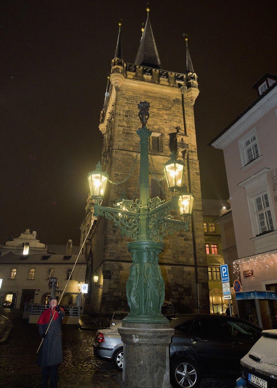 Plynová lampa na Dražického náměstí v celé své kráse. Kvůli neopatrnosti řidiče popelářského vozu skončila v troskách a její obnova je značně nejistá.