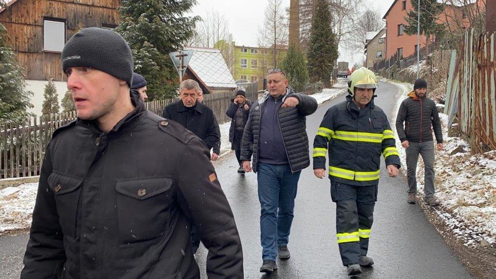 Na místo tragického požáru ve Vejprtech dorazil premiér Andrej Babiš
