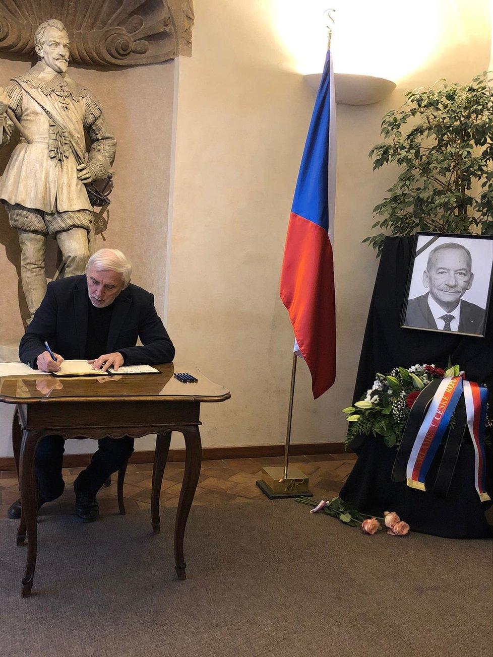 Úmrtí Jaroslava Kubery: Senátor Jiří Růžička (za TOP 09 a STAN) podepisuje kondolenční knihu