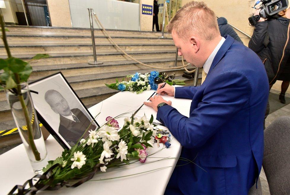 Teplický primátor Hynek Hanza (ODS) u pietního místa, kde vzdává hold zesnulému předsedovi Senátu Jaroslavu Kuberovi (20.1.2020)