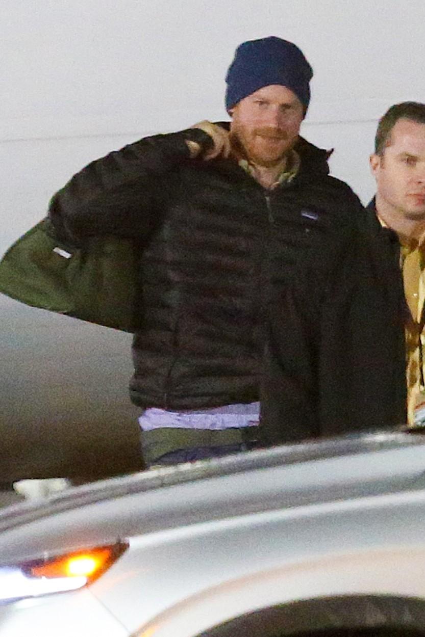 Princ Harry na kanadském letišti.