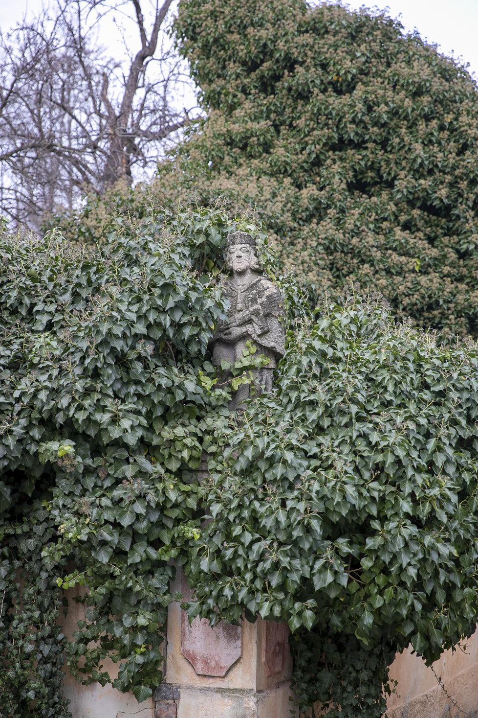 Nový Svět je jedním z vůbec nejmalebnějších míst v celé Praze. Takto na návštěvníky ze zeleně vykukuje například socha Jana Nepomuckého.