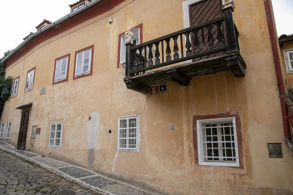 V tomto domě bydlí a tvoří významný český výtvarník a animátor Jan Švankmajer. Dříve zde ale bydlil kočí, jehož služby využívali sousedé i z dalekého okolí.