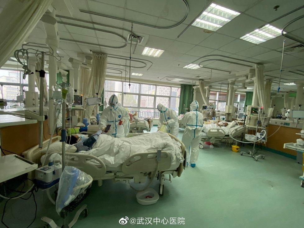 Nemocnice v čínském městě Wu-Chan přestala zvládat nápor nemocných.