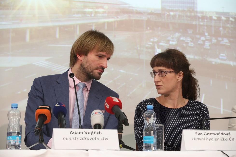 Ministr zdravotnictví Adam Vojtěch (za ANO) a hlavní hygienička Eva Gottvaldová