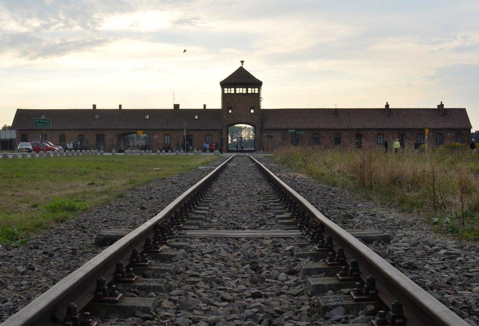 Známý pohled na kolej vedoucí na rampu v Osvětimi, kde se selektovali vězni. Na jednu stranu šli ti, kteří šli okamžitě do plynové komory
