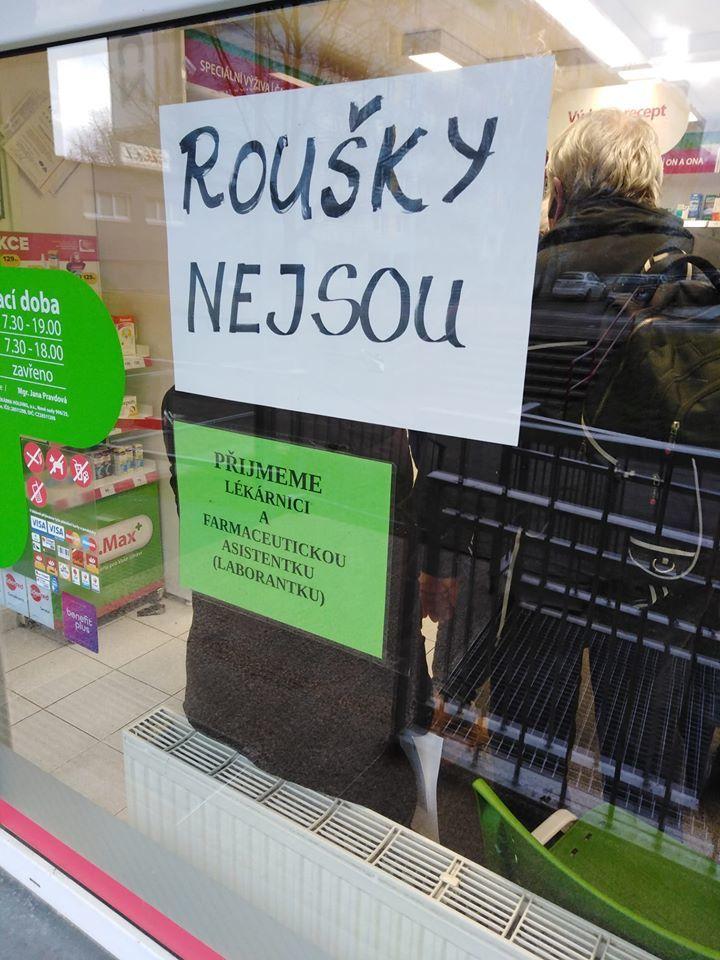 Roušky nejsou - Oznámení pro zákazníky v lékárně v Praze na Hájích.