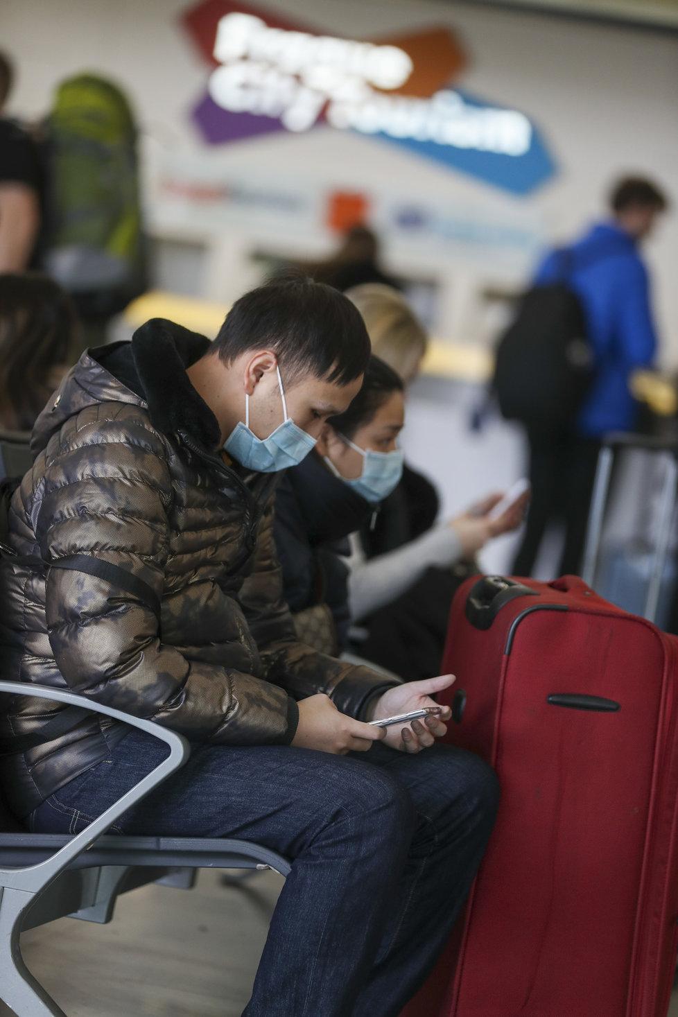 Cestující do čínské Šanghaje na Letišti Václava Havla (27. 1. 2020)