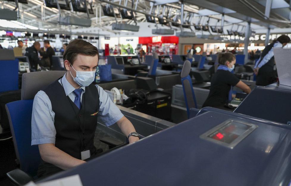 Opatření kvůli koronaviru přijalo i Letiště Václava Havla, instalovány byly informační cedule (27. 1. 2020).