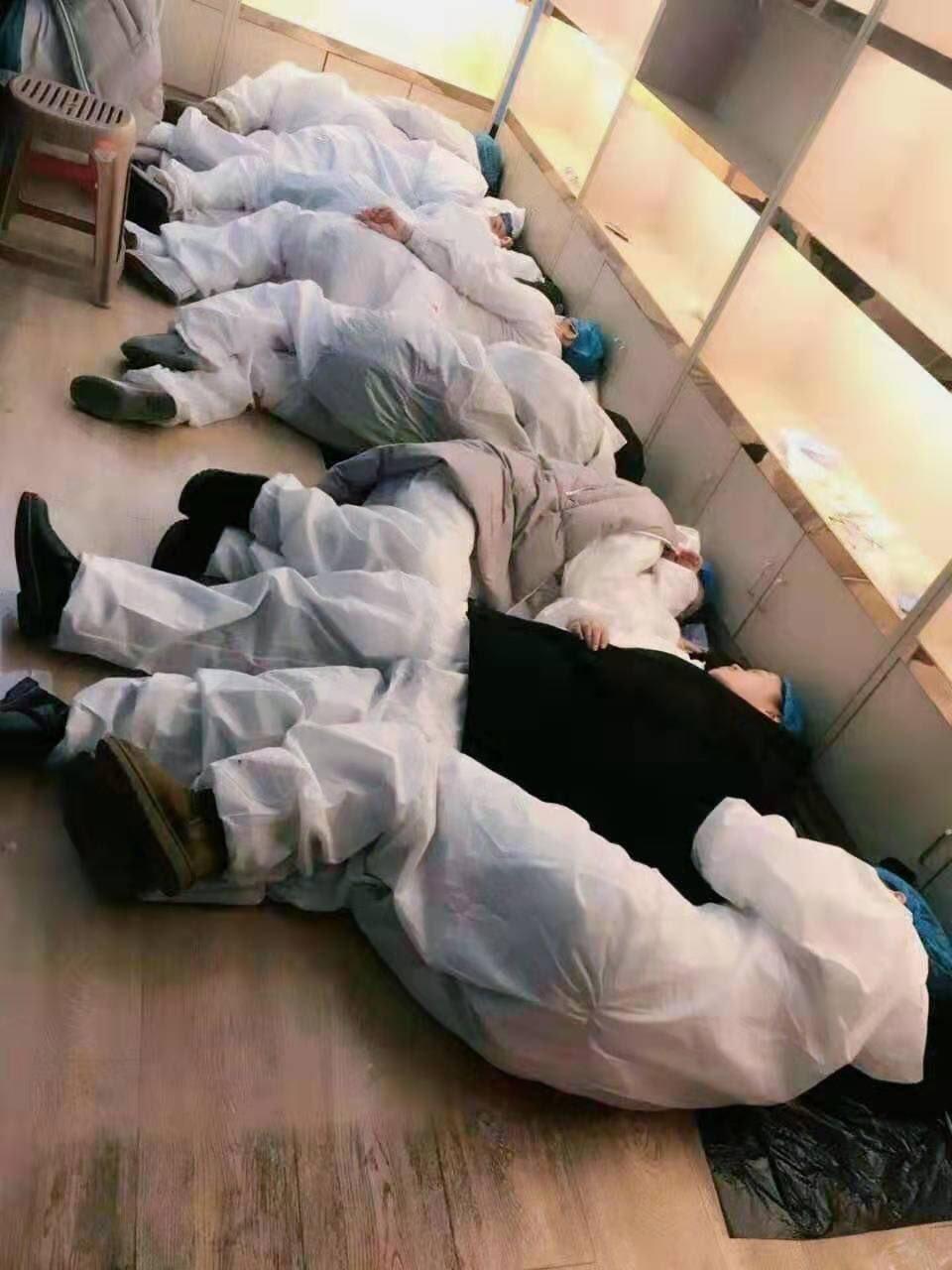 Epidemii koronaviru pociťuje ve Wu-Chanu personál v nemocnicích, který pracuje téměř nonstop. Fotografie unavených doktorů a sester se šíří po sociálních sítích.