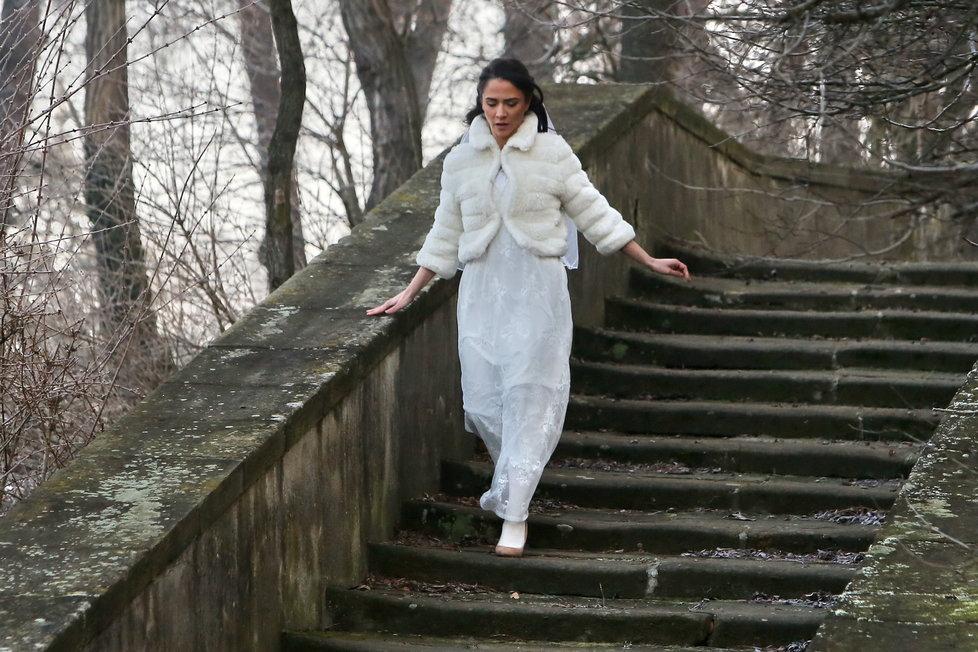 Slunečná: Eva Burešová utíká ze svatby.