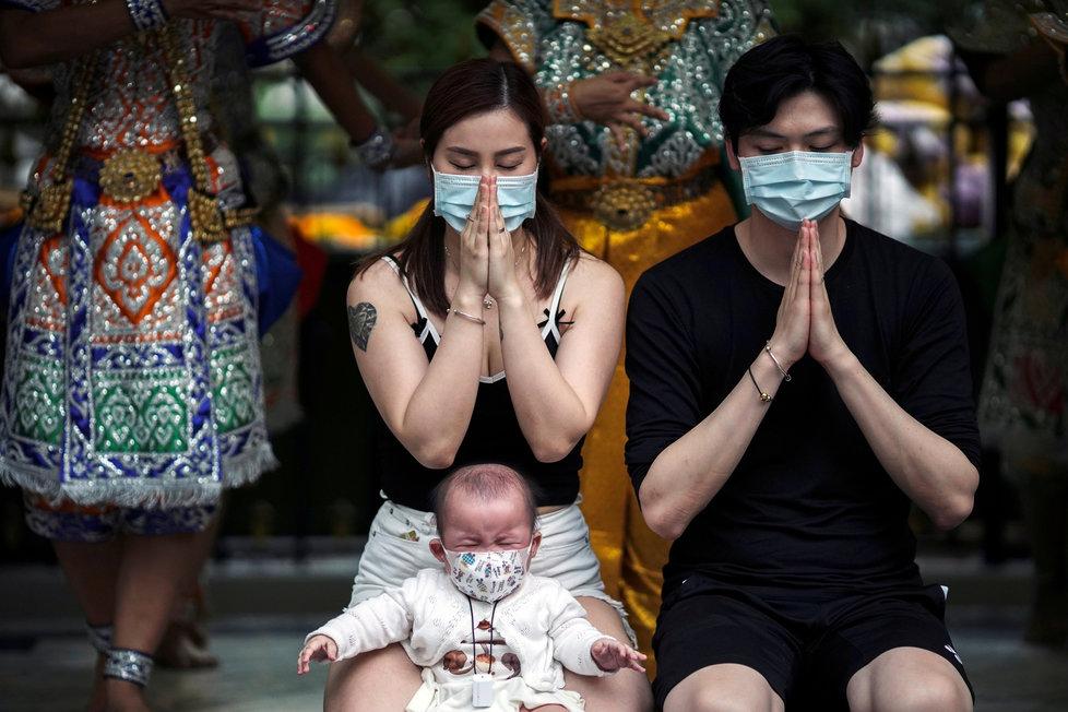 Modlící se lidé v Bangkoku: Obavy z koronaviru zasáhly i Thajsko, kde se nákaza rozšířila také (30.1.2020)