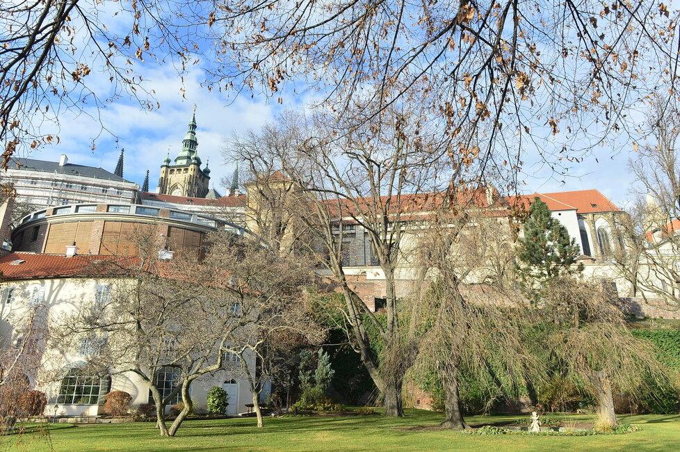 Traduje se, že na zahradě ústí některý z tajných chodeb Pražského hradu, kterou v letech 1. republiky docházel za britským velvyslancem Tomáš Garrigue Masaryk.