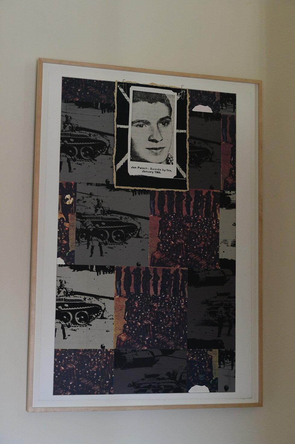Schodiště v budově britského velvyslanectví je ozdobeno koláží Jana Palacha, kterou si ze sbírek britské vlády vyžádal přímo Nick Archer - symbolicky v roce 50. výročí úmrtí studenta historie. Jedná se o dílo nazvané Sebevražda ohněm, které v lednu 1970 vytvořil britský umělec Joe Tilson.