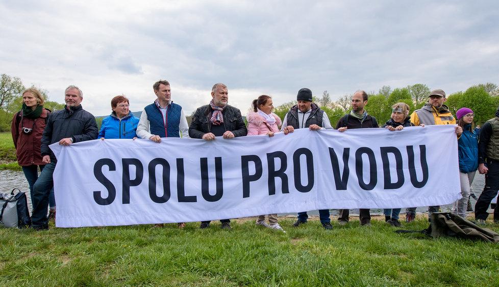 Lidé protestovali proti rozšiřování dolu Turów.