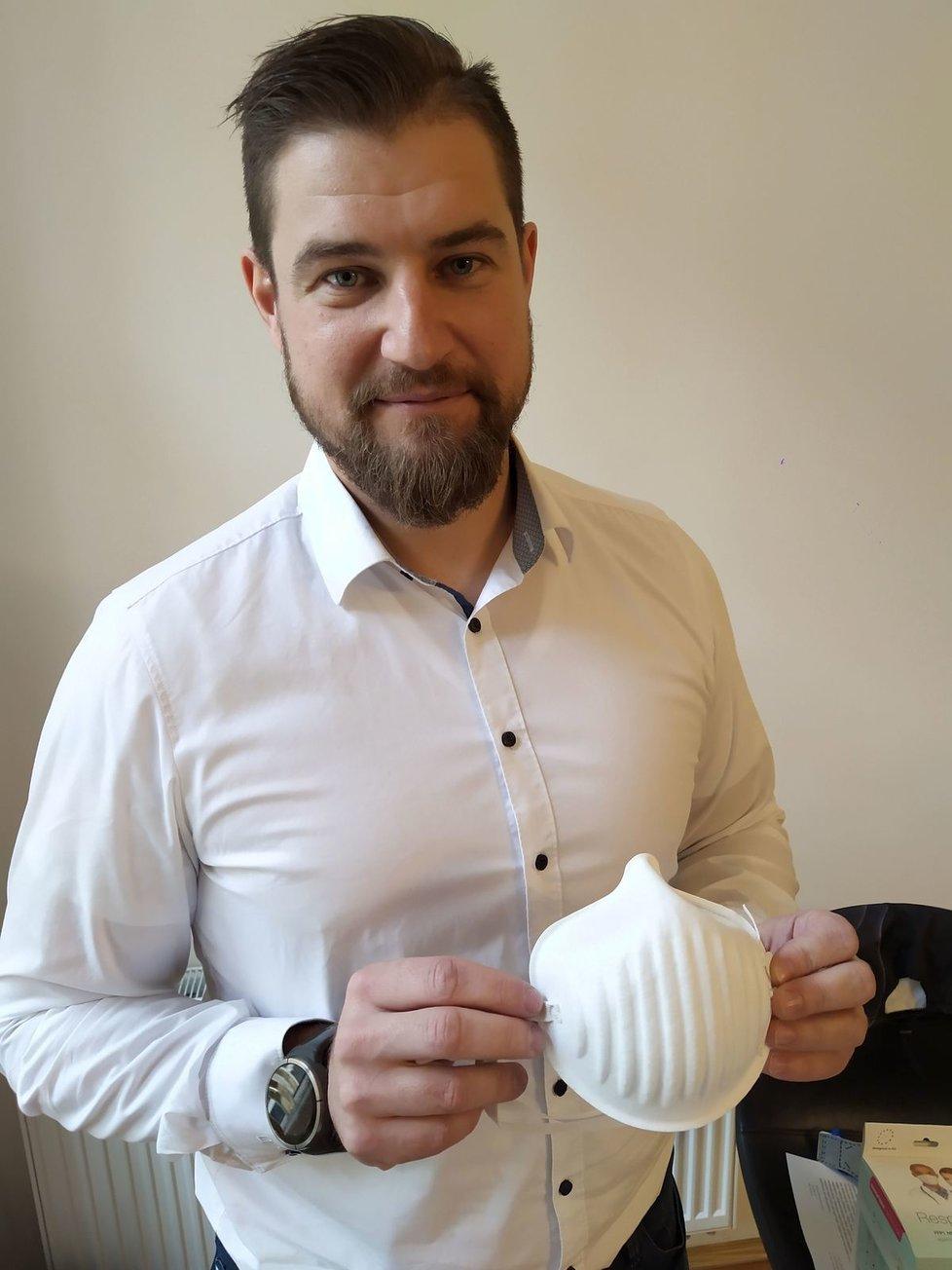 Šéf firmy Respilon Roman Zima s respirátorem, o který je kvůli koronaviru obrovský zájem.