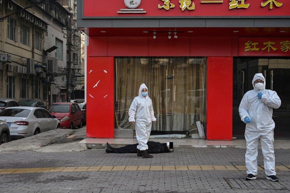 Mrtvý muž leřel nedaleko nemocnice ve Wu-chanu, která nestíhá nápor lidí mířících na vyšetření kvůli koronaviru (30.1.2020)
