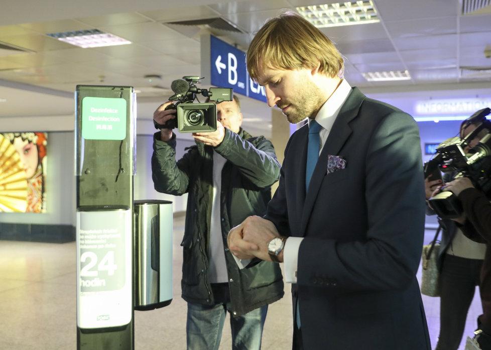Ministr zdravotnictví Adam Vojtěch (ANO) ukazoval na ruzyňském letišti, jaká jsou nová opatření kvůli koronaviru. Trvá na tom, že jsou dostatečná (31. 1. 2020).