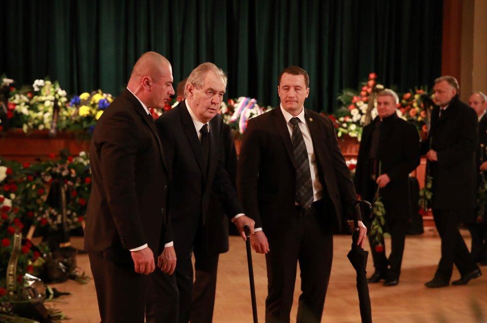 Ve 13 hodin dorazil do divadla také prezident Miloš Zeman.
