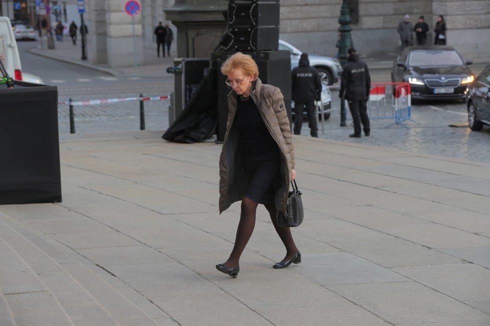 Exministryně spravedlnosti a poslankyně Helena Válková (ANO) před budovou pražského Rudolfina, kde se uskuteční smuteční akce k uctění památky zesnulého šéfa Senátu Jaroslava Kubery (3. 2. 2020)