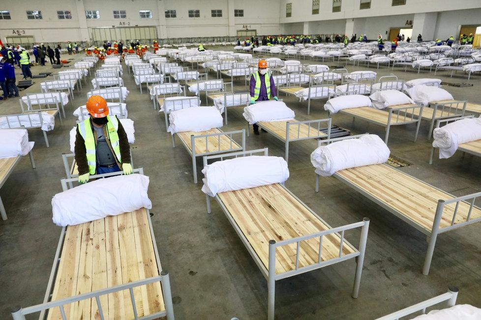 Provizorní nemocniční lůžka v kongresovém centru Wu-chan (4.2.2020)