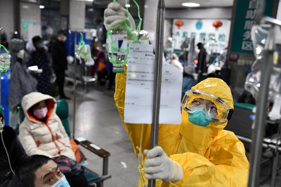Zdravotnický personál v čínském Wu-chanu, ohnisku nákazy
