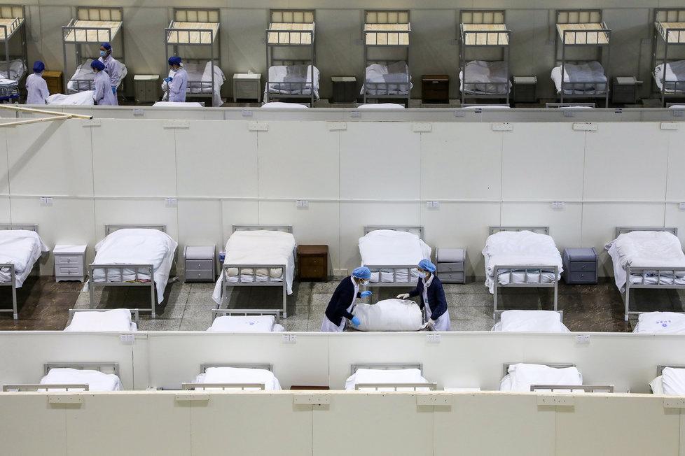 V čínském Wu-chanu dál přibývá nakažených koronavirem a lékaři mají plné ruce práce (6.2.2020)