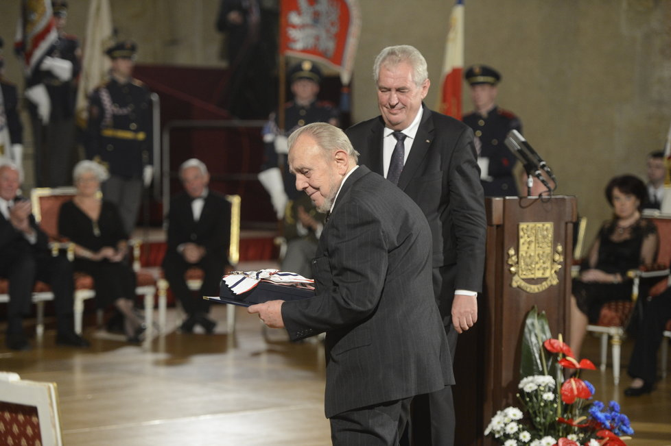 Miloš Zeman předává Řád T. G. Masaryka filosofovi Erazimu Kohákovi