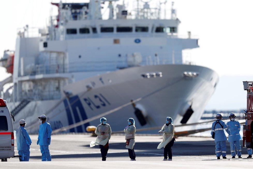 Výletní loď Diamond Princess je plovoucím ohniskem nákazy koronaviru. Každý den zde japonští lékaři objeví nakaženého