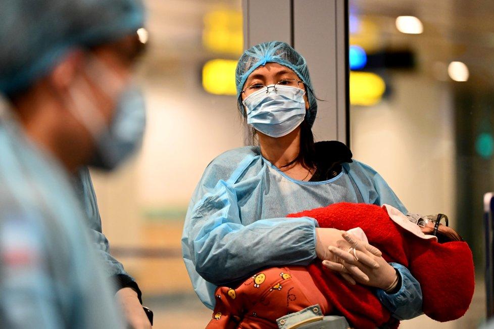 Čína v kleštích koronaviru: Lidé se ani nehnou bez roušky. Někteří se nebojí popadnout i pláštěnku, brýle a sluchátka