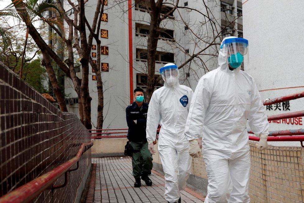 Čínsští pracovníci nosí ochranné obleky, aby se chránili před koronavirem