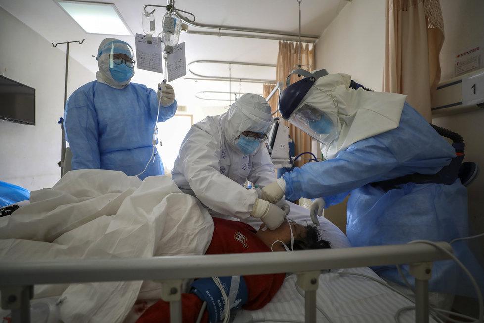 Doktoři v nemocnici ve Wu-chanu, ohnisku nákazy koronavirem