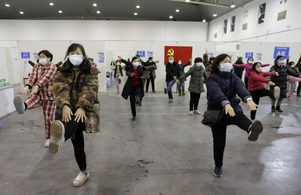 Čínské kongresové centrum Wu-chan Parlour bylo přeměněno na provizorní nemocnici, pacienti v něm i cvičí a tančí