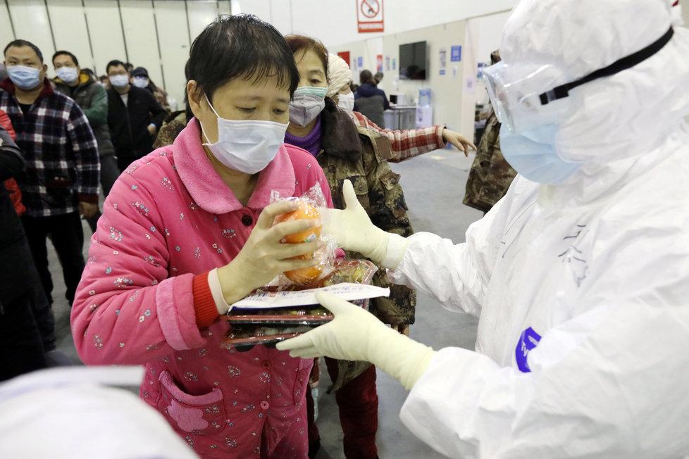 Čínské kongresové centrum Wu-chan Parlour bylo přeměněno na provizorní nemocnici