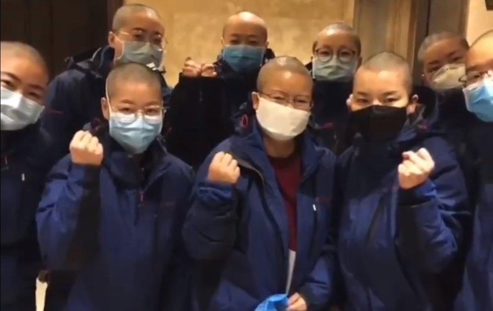 Zdravotnice si kvůli koronaviru holí vlasy, snaží se tak předejít nákaze