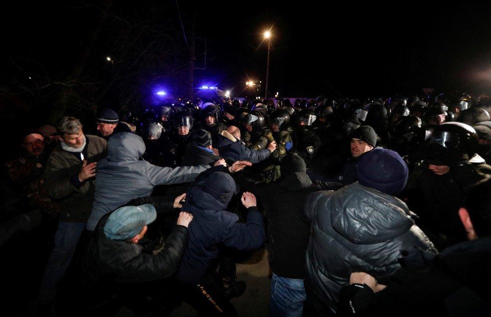 Vzpoura na Ukrajině kvůli koronaviru. V městečku Novi Sanžary odmítali příjezd evakuovaných z Číny (20. 2. 2020)