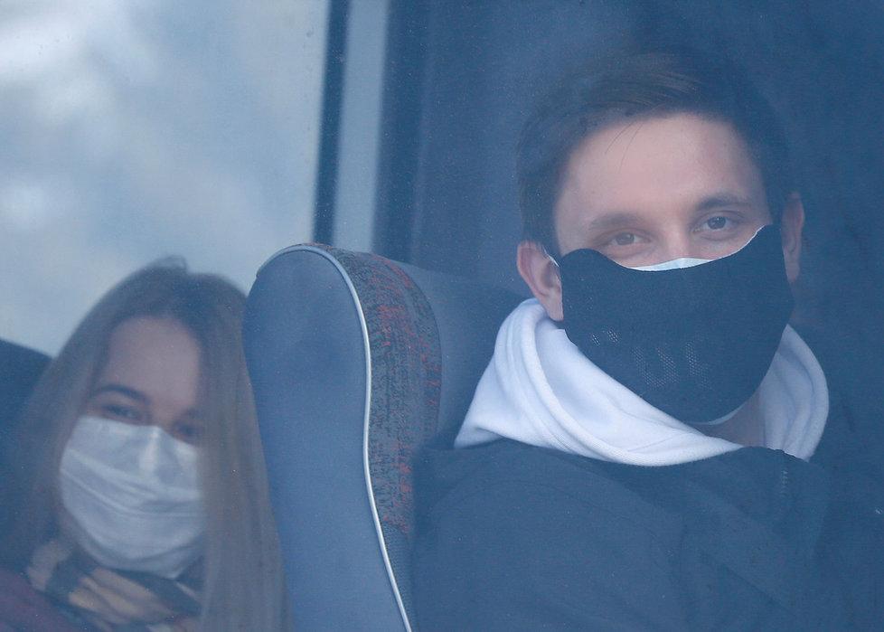 Evakuovaní Ukrajinci z Číny kvůli koronaviru na letišti v Charkově (20.2.2020)
