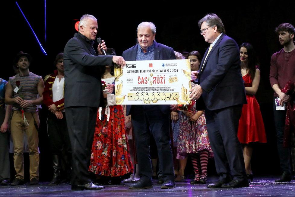 Šek předával ředitel karlínského divadla Egon Kulhánek.
