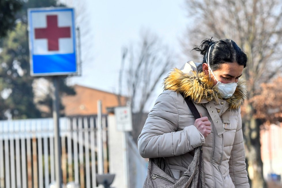 U nemocnice ve městečku Codogno je rouška pro lidi nezbytnou výbavou (22. 2. 2020)