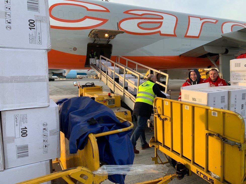 Česká pomoc určená pro čínský Wu-chan odletěla z Vídně (23. 2. 2020)