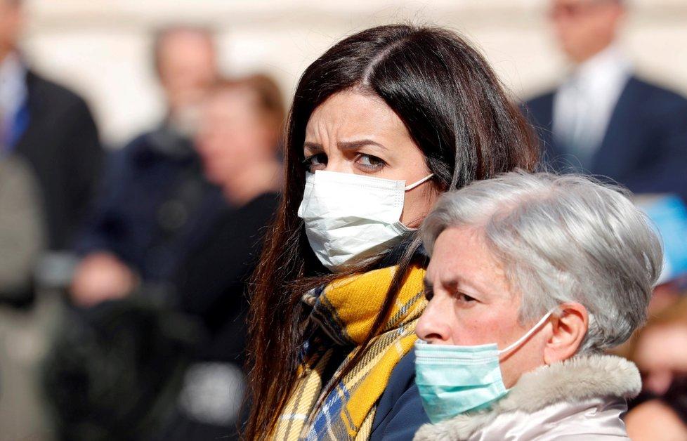 Lidé v rouškách na mši v italském Bari