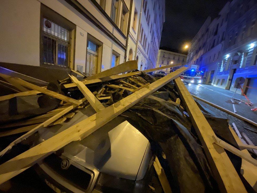 Pražští hasiči zasahovali u auta, na které spadla střecha (23. 2. 2020)