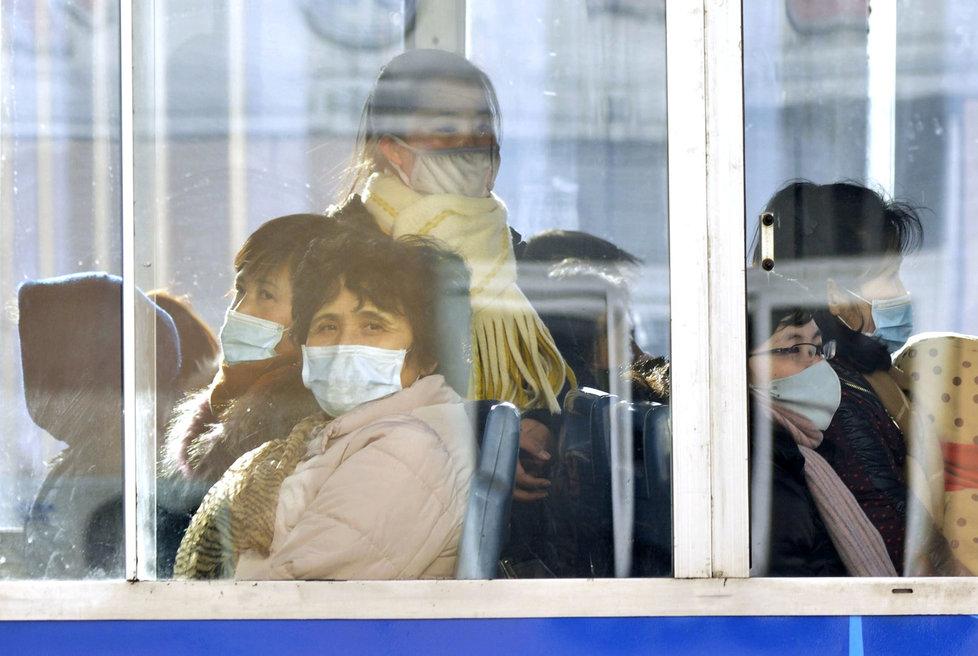 Severokorejci v maskách v maskách proti koronaviru.