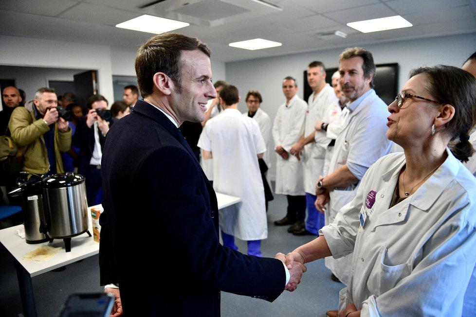 Emmanuel Macron na návštěvě pařížské nemocnice Pitié-Salpêtrière, kde varoval před koronavirem (27.2.2020)