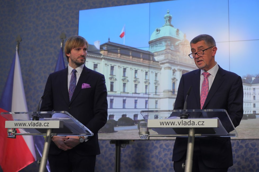 Zleva: Premiér Andrej Babiš (ANO) a ministr zdravotnictví Adam Vojtěch (za ANO) ve Strakově akademii na tiskové konferenci, kde se Babišův kabinet zabýval hrozbou Covidu-19 (28.2.2020)